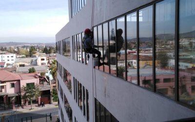 Limpieza de vidrios en el Edificio Consistorial Villa Alemana